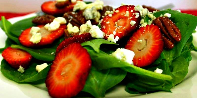 Strawberry Spinach Salad via GagenGirls.com