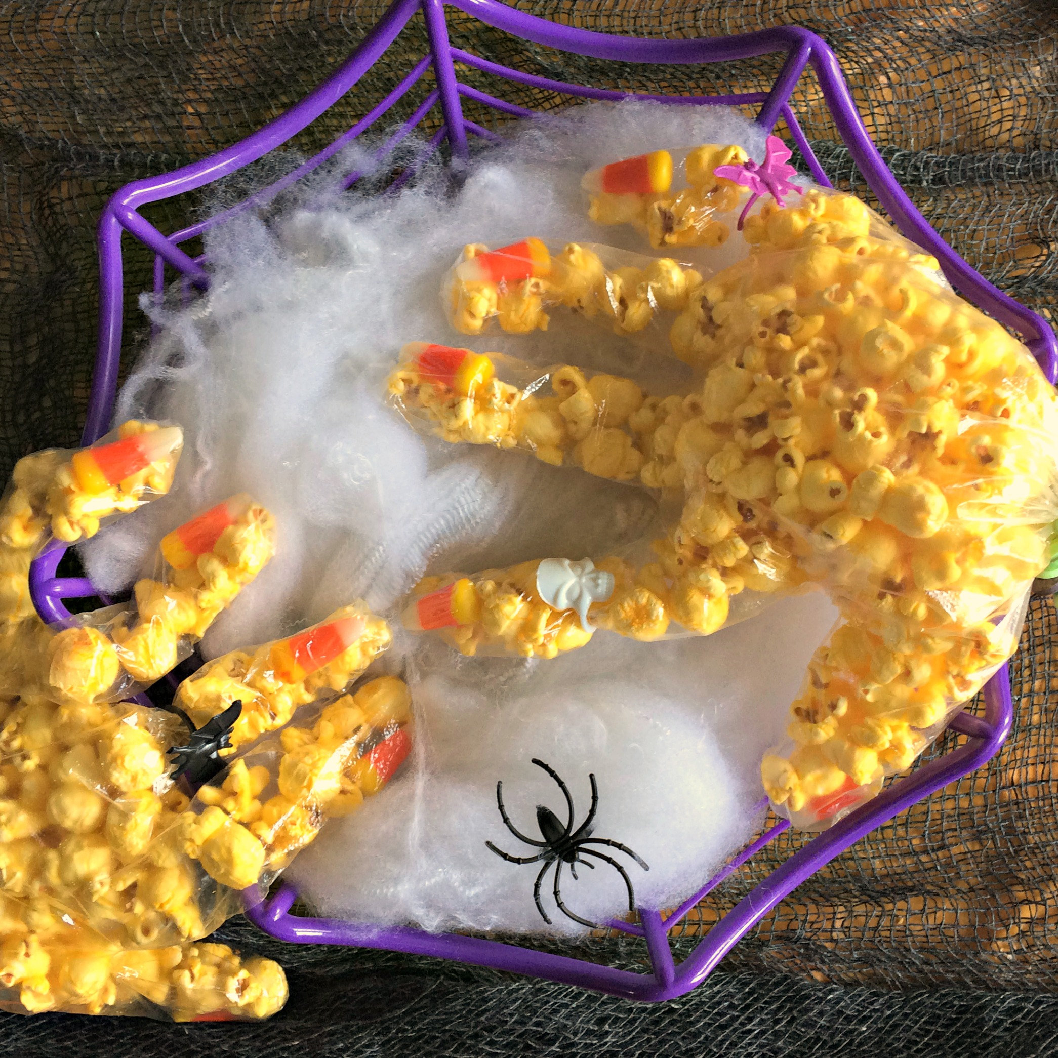 Popcorn Witch Hands are a quick and easy dollar store Hallowe'en treat from GagenGirls.com