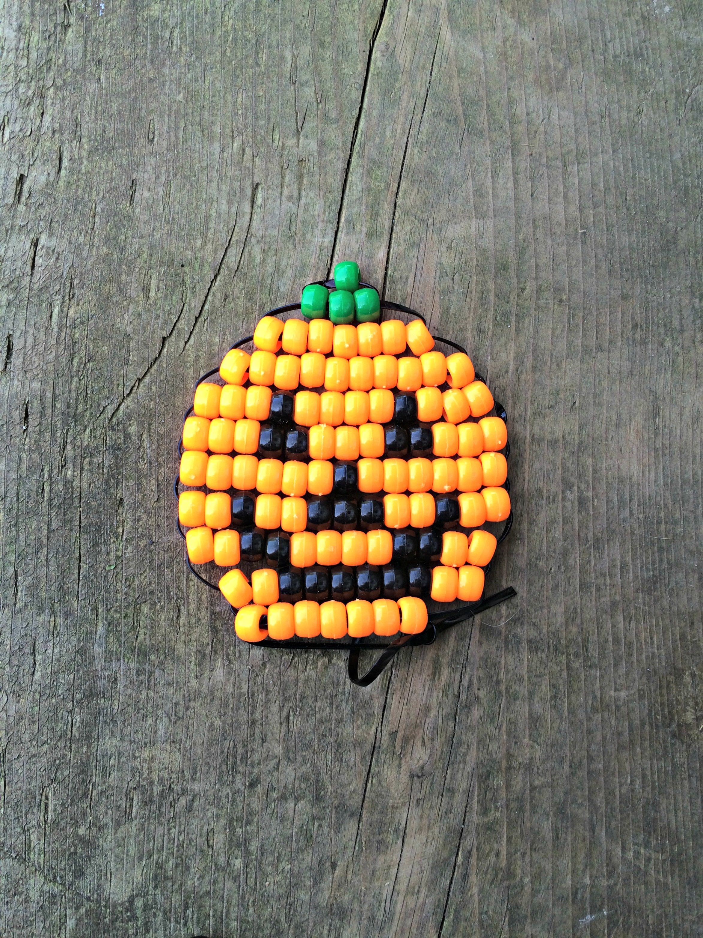Learn how to make this Jack O'Lantern pony bead beadie buddie for Hallowe'en @ GagenGirls.com